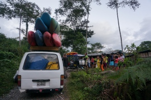 Hasty departure with some very well packed vans and one moto-taxi